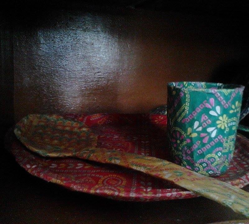 """Recycled paper plate + spoon + glass as game (dans un souci de """"gender equality"""" le jeux """"je fais la vaisselle"""" est pour garçon et fille bien sûr ;-))."""